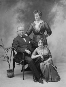 John Redmond in 1914 with his second wife Ada and his daughter Johanna (by his first wife Johanna Dalton).